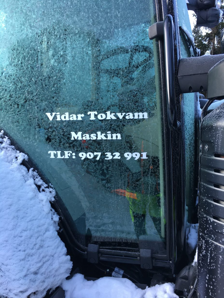 Traktor med reklame.